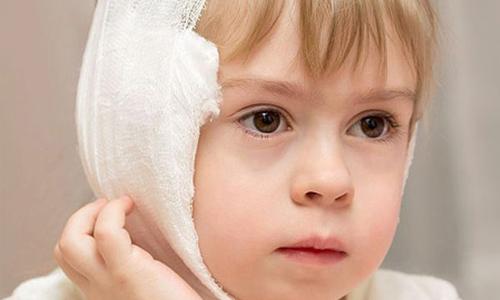 сильно болит ухо у ребёнка