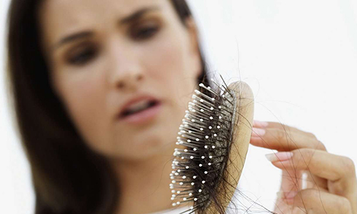 После родов выпадают волосы сильно: что делать, причины и лечение