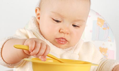 младенец набирает вес
