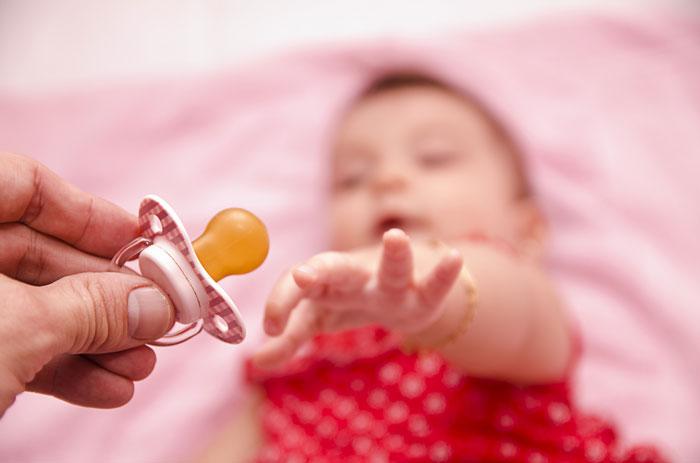 как приучить ребенка сосать пустышку