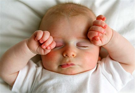 Почему грудничок плохо спит ночью и днем