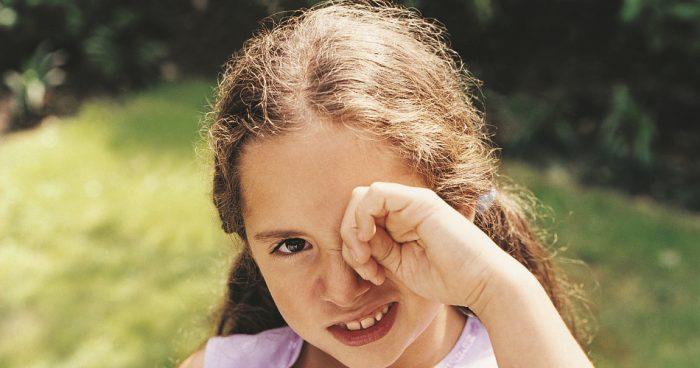 слезятся глаза у ребенка что делать