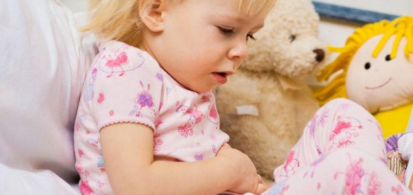 у ребенка болит живот почему
