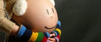 Прихоти и причуды беременных: гормоны или капризы? В определенный момент беременности будущая мама начинает чего-то хотеть. Чего-то странного, несуразного даже, «нормальным» людям непонятного. А муж и другие родственники, хоть и в шоке, но терпят все прихоти беременных. Бывает, хотелки беременных меняются по десять раз в час. Бывает, что чего-то одного, но необычного, им хочется постоянно. В чем причина такого поведения, и чем удивляют беременные женщины окружение – мы составили топ- список странных желаний. В чем причина Не виноваты будущие мамы! Это все – гормоны. В организме все бушует, перестраивается. Вот он и приспосабливается, как может, к растущему в нем человечку. Большинство не совсем адекватных желаний возникает в первом и третьем триместрах, когда концентрация гормонов особенно высока. И возникают эти желания не на пустом месте. Это сигнал о том, что малышу чего-то не хватает, например: • тянет на соленое – соль необходима для активизации кровообращения, ведь объем крови у беременных возрастает; • текут слюнки от мела – малышу нужен кальций для крепких косточек; • во время беременности хочется мяса – нехватка протеина. Кстати, к причудам беременных всегда относились уважительно. Не зря ведь существует народное поверье, что беременной отказывать нельзя. Вот только выполнить ее желания иногда не так просто. ТОП -8 самых странных причуд беременных У каждой женщины свое проявление беременного гормонального взрыва. Есть барышни из сельской местности, которые жаждали попробовать силос (зеленый корм для крупного рогатого скота). Есть такие, кто без корочки черного хлеба с солью не могли начать день. Особенно эмоциональные плачут без причины, не особо эмоциональные – вдыхают различные запахи и наслаждаются ими. Бывают случаи, что при беременности женщина вдруг начинает обожать те продукты, которые до казались ей отвратительными, или «никакими». 1. Ночные перекусы. Встать среди ночи, чтобы сварить и съесть манную кашу – для некоторых беременных не проблема. 2. Же