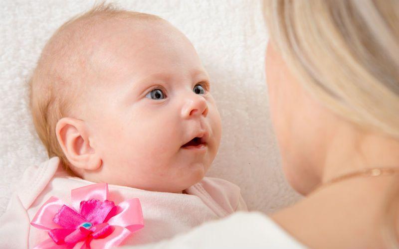 когда начинает слышать новорожденный