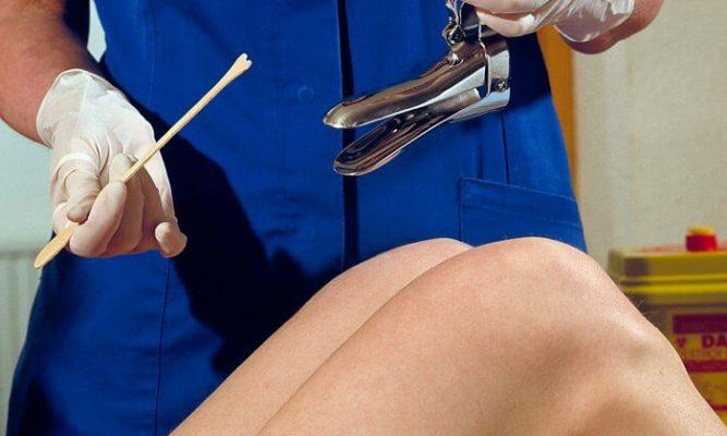 осмотр гинекологом роженицы