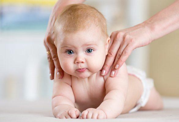 малыш держит головку