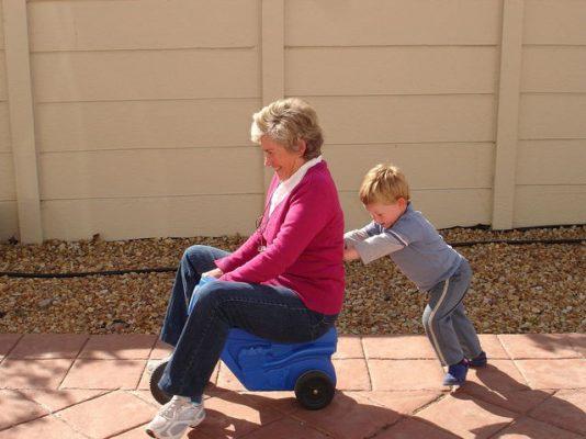 бабушка и внук: вред гиперопеки