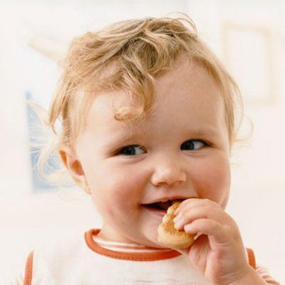 ребенок есть печенье