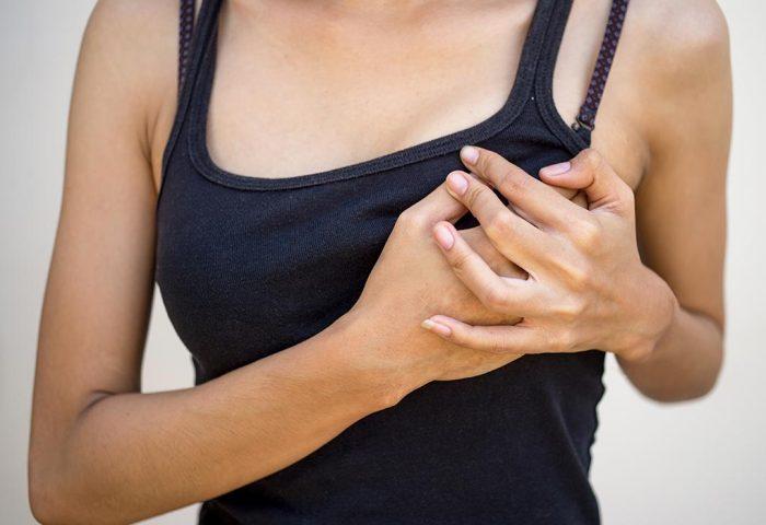 Болит грудь при кормлении ребенка: причины, что делать