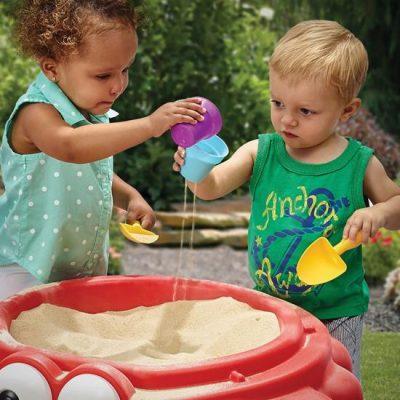 дети в 1,5 года играют в песочнице