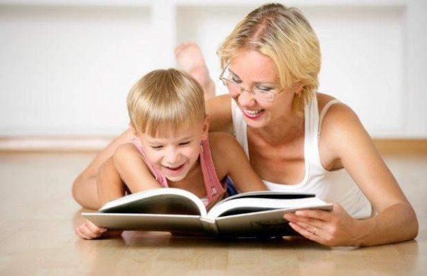 мама учит ребенка обходительности