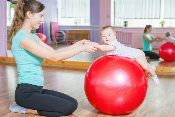 как научить ребенка ходить, занятия на фитболе