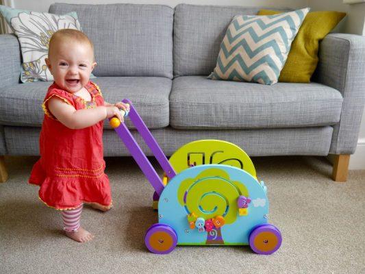 игрушки-каталки помогут ребенку научиться ходить самостоятельно