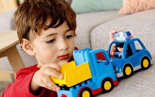 мальчик играет с машинками