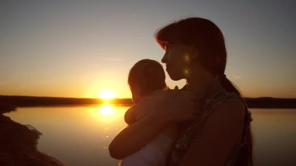 мама с ребенком одна