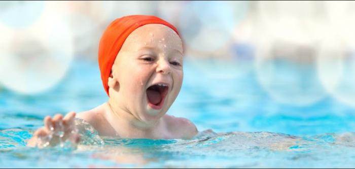 обучение плаванью в бассейне