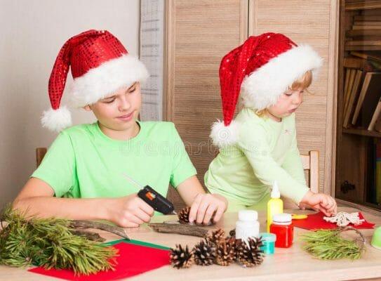дети делают новогодние украшения