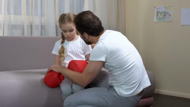папа разговаривает с дочкой