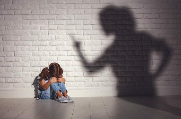 обиженный на родителей ребенок