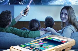 семья смотрит мини-проектор