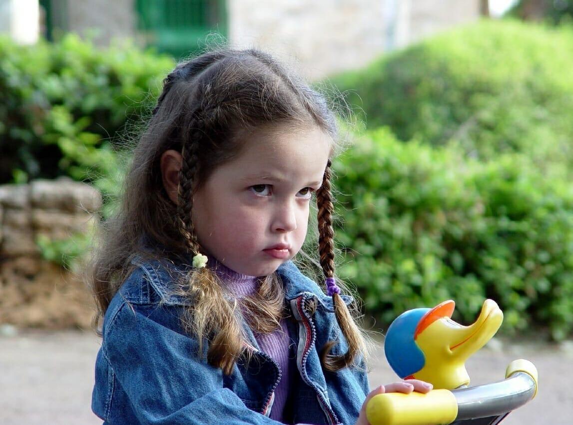 Ребенок не любит обниматься – выясняем причины